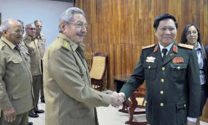 Raúl receives Vietnamese Defense Minister